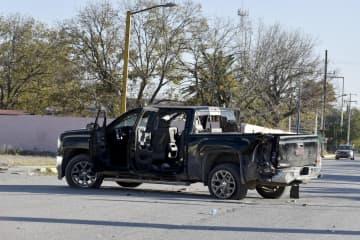 武装集団と地元治安当局との衝突で大破した車両=11月30日、メキシコ北部コアウイラ州(AP=共同)