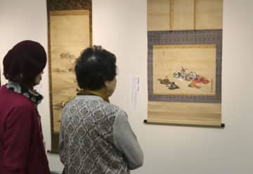JR川崎駅前のビル内に開館した「川崎浮世絵ギャラリー」で、浮世絵を見る女性ら=2日午前
