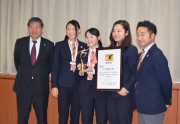 小林眞市長(左)に3位の報告をした八戸学院大女子サッカー部の選手ら