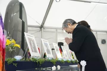 中央自動車道笹子トンネルの天井板崩落事故から7年となり、追悼慰霊式で手を合わせる遺族の男性=2日午前、山梨県大月市