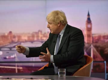 1日、英BBC放送の番組に出演するジョンソン首相=ロンドン(BBC放送提供、ロイター=共同)
