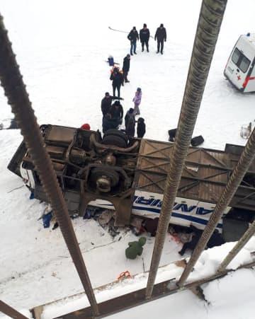 ロシア極東ザバイカル地方で、凍った川の上に転落したバス=1日(タス=共同)