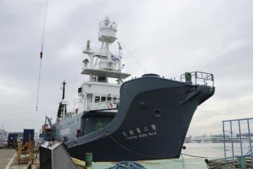 宮城県塩釜市の塩釜港で出港を待つクジラの調査船=2日午前