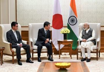 モディ首相(右)を表敬訪問する茂木外務相(中央)と河野防衛相=11月30日、ニューデリーで(インド政府提供)