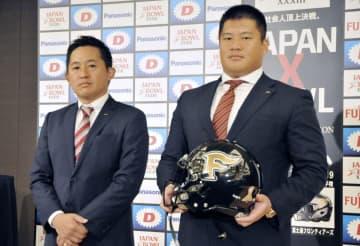 アメリカンフットボールの日本社会人選手権を前に記者会見し、写真撮影に応じる富士通の山本洋ヘッドコーチ(左)と南副将=2日、東京都内