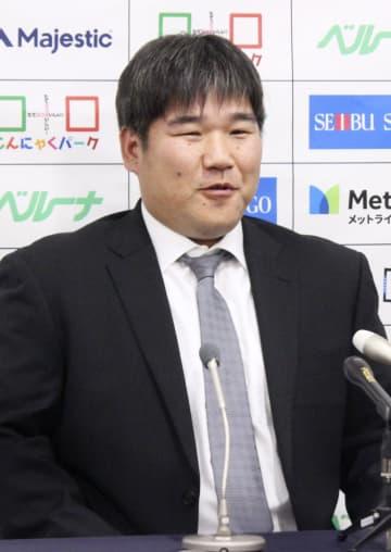 契約更改を終え、記者会見する西武の中村=2日、埼玉県所沢市の球団事務所