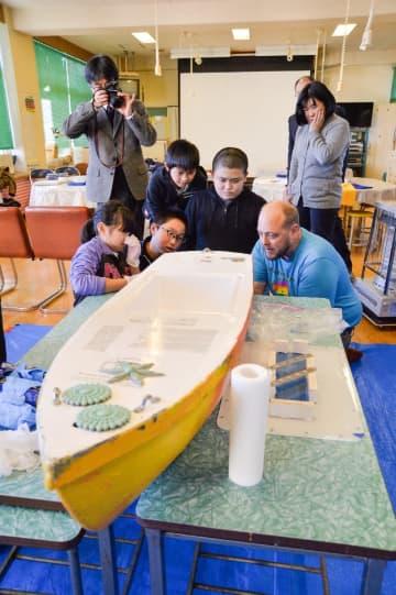 ミニボート作りに励む種差小の児童たち