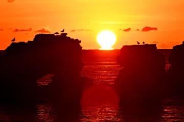 空を赤く染め、水平線に浮かび上がる「だるま朝日」=1日午前6時39分、洋野町種市・種市海浜公園(報道部・山本毅撮影)