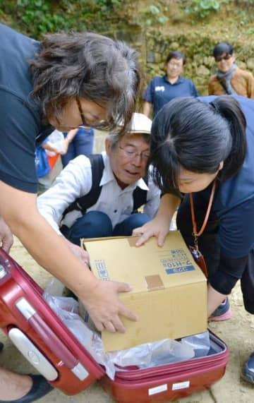 災害時に効率良く水を運ぶ方法を試す防災講座の参加者ら=17日、浦添市仲間・仲間樋川