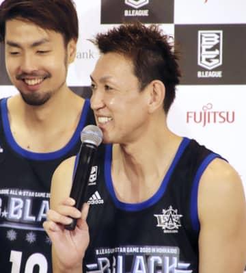 バスケットボール男子Bリーグのオールスター戦に向け、記者会見で質問に答える北海道の折茂武彦(右)=2日、東京都内