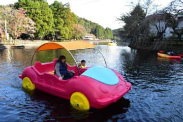 出の山公園の池でボート遊びを楽しむ親子