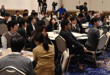 宮崎大や県の担当者から「キャリア形成プログラム」の説明を受ける同大医学部の学生=2日午後、宮崎市・ニューウェルシティ宮崎