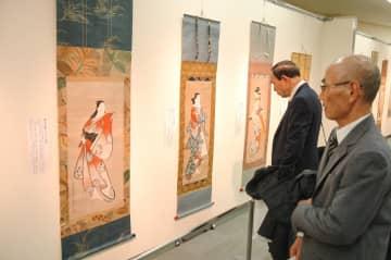 斎藤文夫さんの貴重な肉筆画のコレクションなどが展示された会場=川崎浮世絵ギャラリーの特別会場