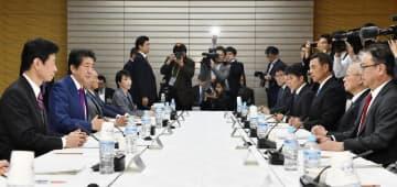 首相官邸で開かれた全世代型社会保障検討会議。左から2人目は安倍首相=11月