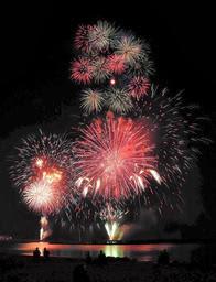 色とりどりに光を散らす花火を打ち上げた今年の「たけの海上花火大会」=7月30日、竹野浜海水浴場