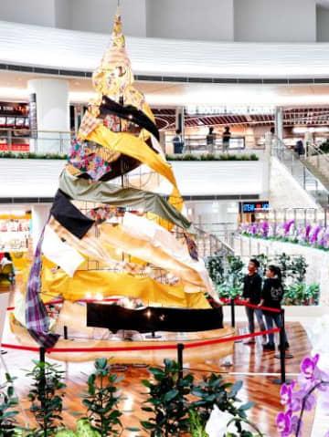 那覇空港国際線ふくぎホールに展示された県内の染織物で作ったクリスマスツリー「TAYUTAI」=2日(下地広也撮影)