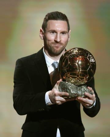 6度目となる「バロンドール」を受賞した、アルゼンチン代表のメッシ=2日、パリ(AP=共同)