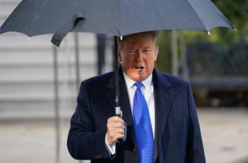 2日、英国へ向かう前に、ホワイトハウスで記者団に話すトランプ米大統領=ワシントン(UPI=共同)
