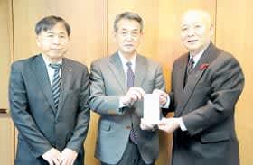 山中会長に目録を手渡す橋詰代表取締役社長(中央)。左は松本技術部長