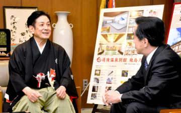 梅岡副市長(右)と「まつやま落語まつり」について話す桂米團治さん