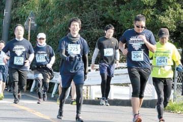 快晴の下で、ゴールを目指す参加者たち=川口市安行領根岸の内方橋
