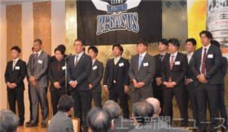 あいさつをする平野前監督と選手=高崎市内のホテル