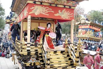 中町屋台で華やかに披露された曳き踊り=2日午前、秩父市番場町の秩父神社