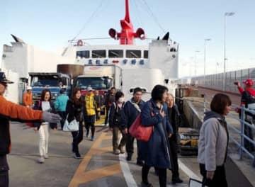 宇高航路の旅を楽しみ高松港へと降りていく乗客ら