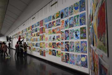 「こども県展」開幕を控え、急ピッチで展示作業が行われた=2日、千葉市中央区の千葉県立美術館