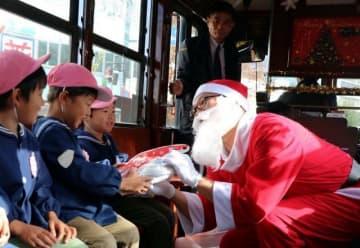 クリスマス電車に乗ってプレゼントを受け取る園児たち