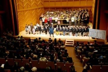 マルチホールでは市民らによる合唱団が歌声で開館を祝った