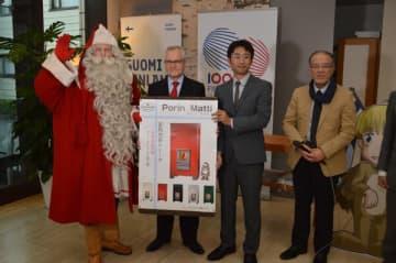 まきストーブをPRする公認サンタ(左)やオルパナ大使(左から2人目)ら=2日午後、東京都内