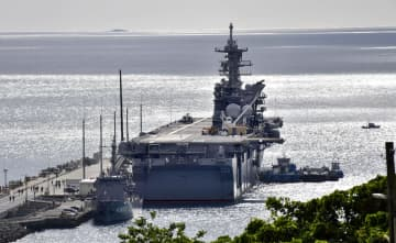 強襲揚陸艦「アメリカ」とみられる艦船=3日午後、沖縄県うるま市
