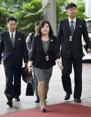 2018年6月、米朝首脳会談の実務協議に向かう北朝鮮の崔善姫外務次官(中央、現第1外務次官)。左は同行するリ・テソン現外務次官=シンガポール(共同)