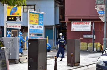 現場周辺を調べる県警の捜査員ら=3日午前10時20分ごろ、横須賀市若松町1丁目