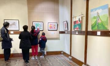 多くの人たちが鑑賞する上海・岡山障害児者絵画交流展