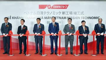 開所式典に臨んだ日清フーズの小池社長(中央)ら関係者=3日、ドンナイ省