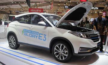 東風小康汽車は、7月に開催された自動車展示会GIIASでEV「グローリーE3」を披露した(NNA撮影)