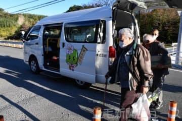 モニターツアーで乗り合いタクシーを体験する安中市の高齢者