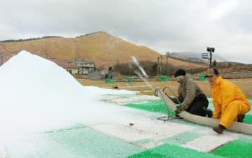 「準備は昨年より順調」。雪づくりを進めるスタッフ=3日、九重町湯坪の九重森林公園スキー場