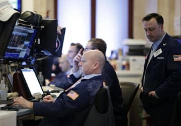 3日、ニューヨークの証券取引所で作業を行うトレーダー(UPI=共同)