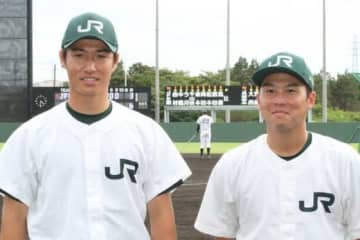 今季限りで現役引退するJR東日本・吉永健太朗投手(左)と鈴木貴弘捕手【写真:編集部】