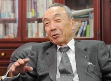 「人生を語る」の取材で半生を振り返る武田修一さん=2009年3月
