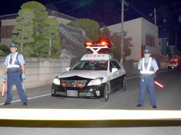多くのパトカーが集まり騒然とする事件現場=2015年9月16日午後6時半ごろ、熊谷市石原