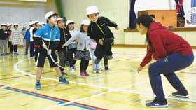 クラス一丸となってジャンプする児童たち