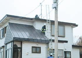 暴風でトタン屋根がはがれた住宅=3日午後4時半、室蘭市本町