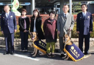 【嘱託警察犬の交付式に出席する山本さん(左から3人目)ら=津署で】