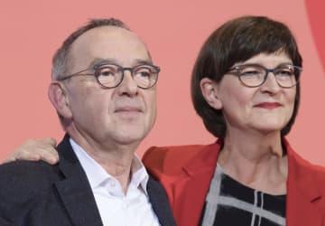 ワルターボルヤンス氏(左)ら=11月30日、ベルリン(AP=共同)