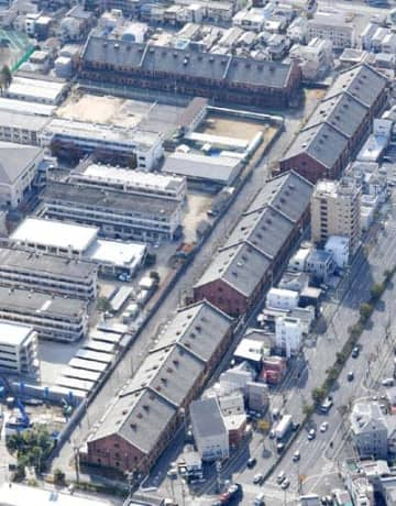 広島県が安全対策の原案を固めた被服支廠。南北に並ぶ3棟のうち、保存するのは最も手前の1号棟だけで、2、3号棟は解体するとする=広島市南区(撮影・田中慎二)