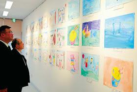 子どもたちの力作が壁一面を埋め尽くした作品展